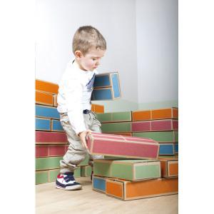 Chlapec s kartónovými tehlami