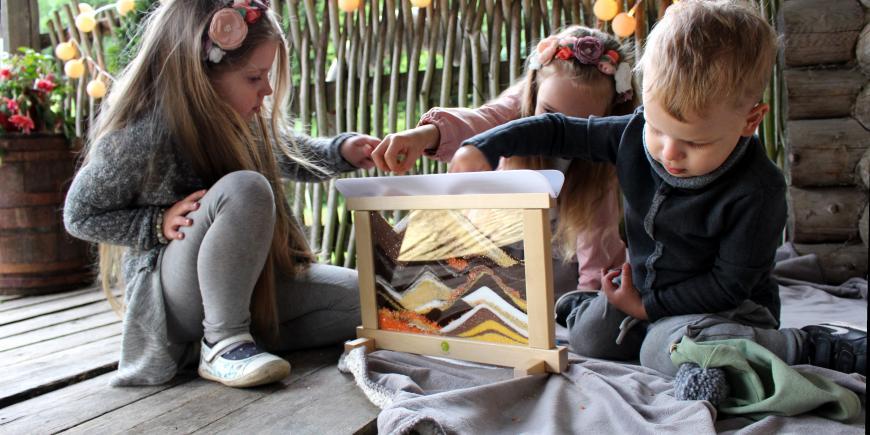 deti sa hrajú s kreatívnou tabuľou