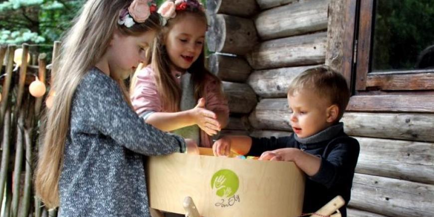 Deti pri hre vonku s magickým svetelným stolom JonEly