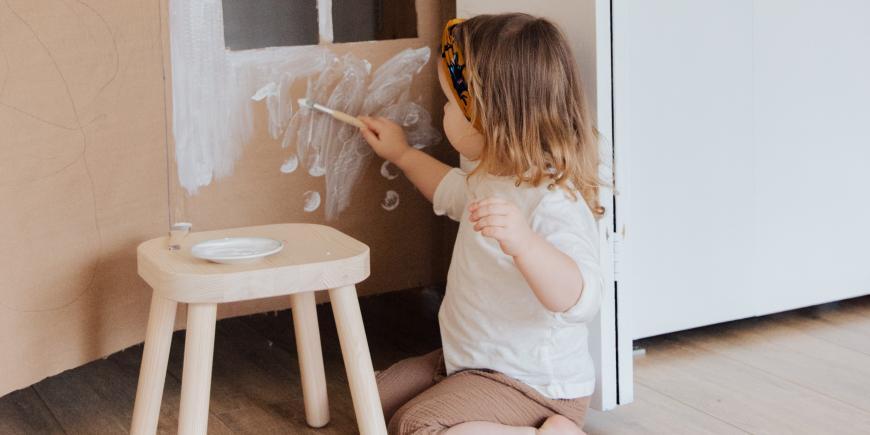 Dievčatko maľujúce na kartón