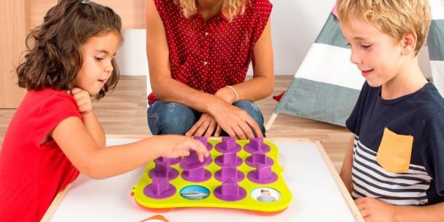 Deti pri hre so vzdelávacím pexesom