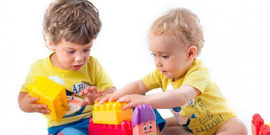 deti pri hre so stavebnicou stavebné bloky